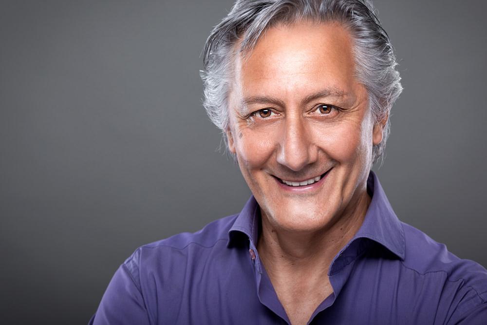 uomo viola brizzolato sorriso grigio fotoritocco
