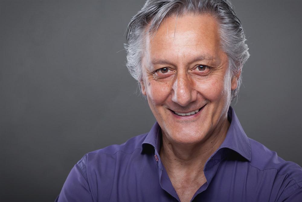 uomo viola brizzolato sorriso grigio