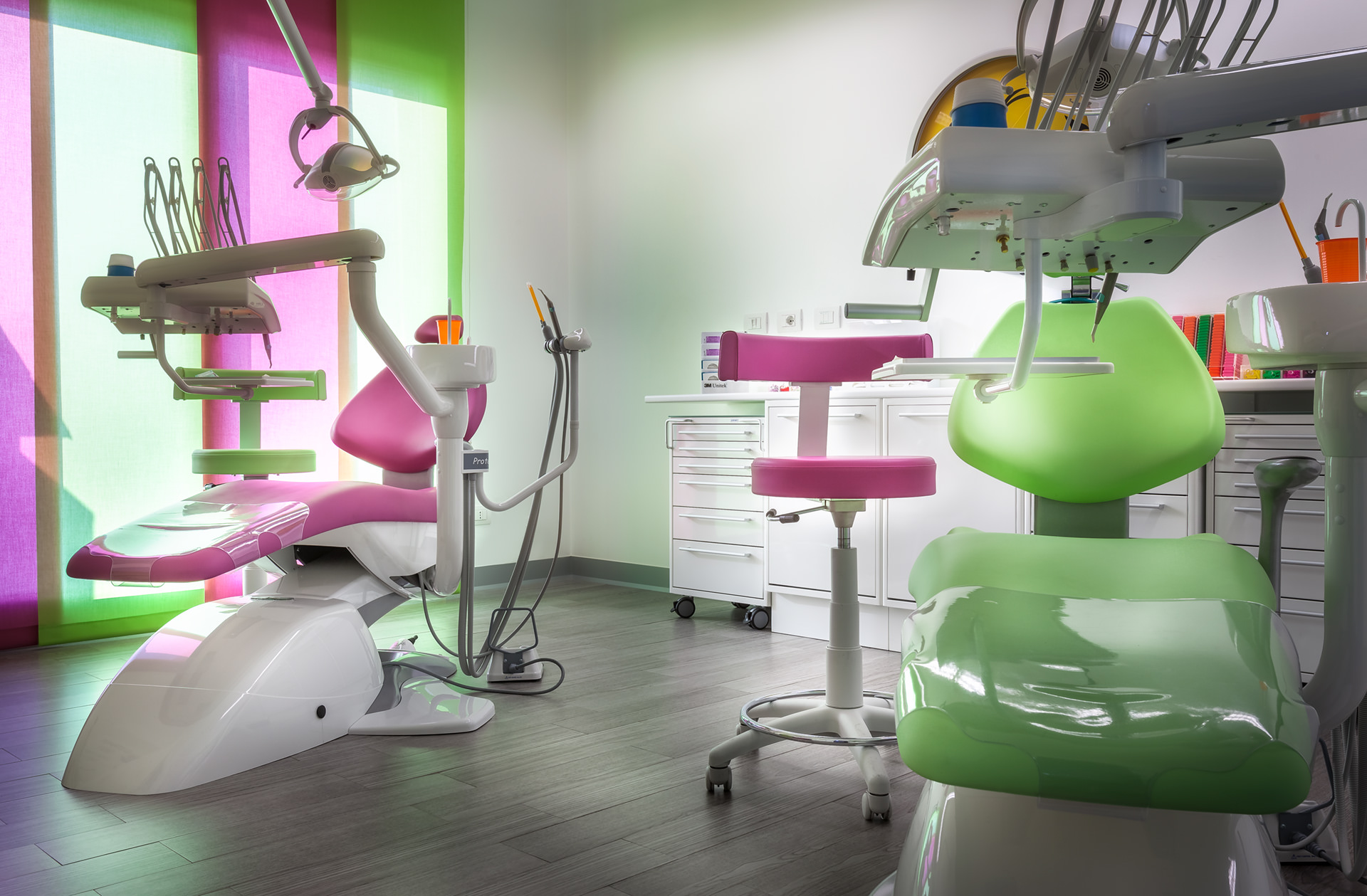 fotografia interni studio odontoiatrico dentista poltrona sgabello strumenti